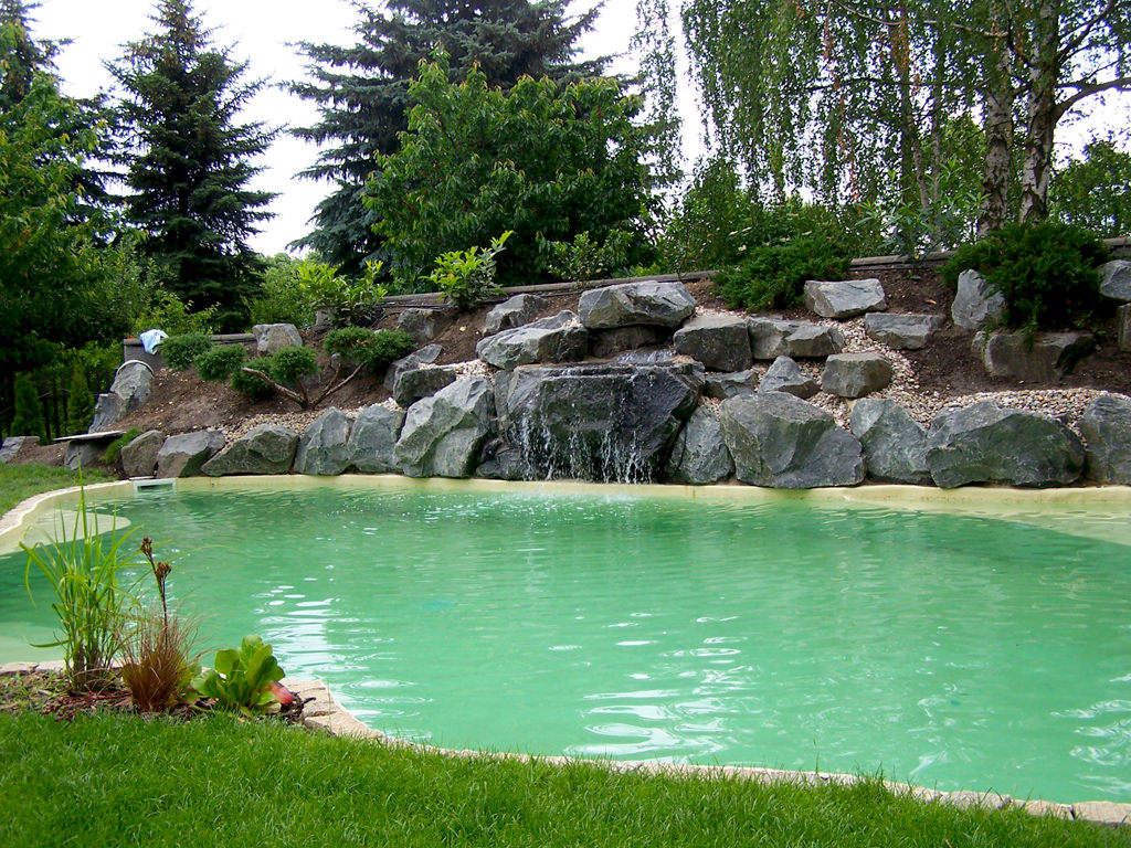 pool in leipzig mit wasserfall teichbau garten und. Black Bedroom Furniture Sets. Home Design Ideas